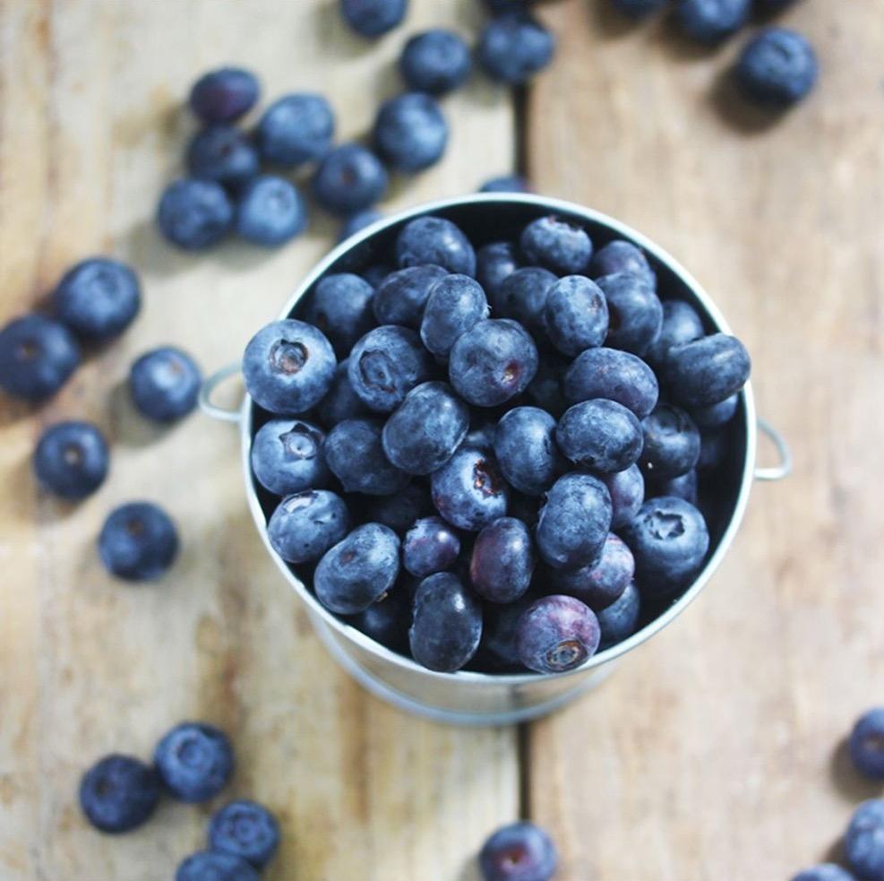Во сне на блюдце сначала были и другие ягоды, которые он раздал другим вроде женщинам, а крупные ягода подал мне.